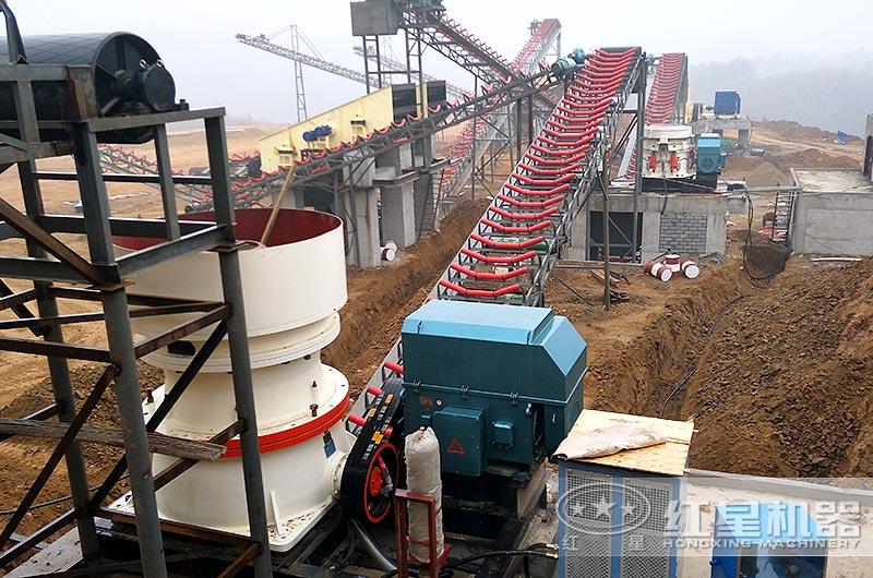 时产150吨的圆锥式碎石机作业现场